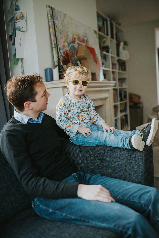 newborn_fotoshoot_bos_limburg_nederland_baby_papa_mama_gezin_familie_zusjes_bos_bloemen_broer_zus_broertjes