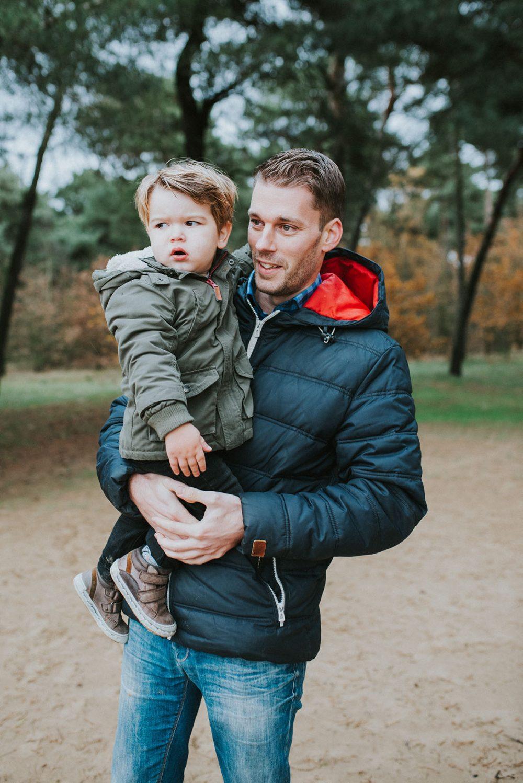 newborn_fotoshoot_bos_limburg_nederland_baby_papa_mama_gezin_familie_zusjes_bos_bloemen
