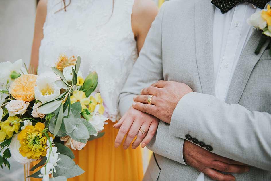 editorial_magazine met liefde_bruiloft_geel_wedding_shoot_yellow_kas_foodtruck_taart_bruid_bruidegom