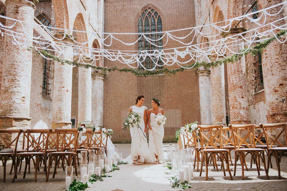 editorial_trouwfotograaf_nederland_limburg_bruiloft_hollywood_vintage_wedding_shoot_yellow_kas_foodtruck_taart_bruid_bruidegom