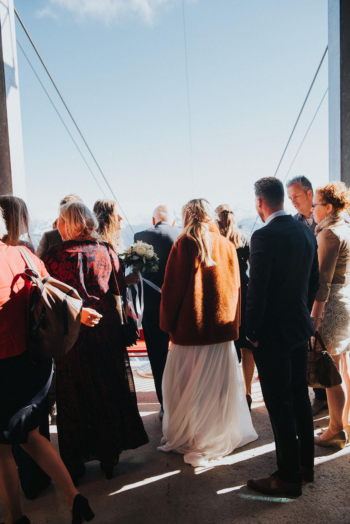 trouwfotograaf_nederland_limburg_bruiloft_boho_vintage_wedding_foodtruck_taart_bruid_bruidegom_buitenlandsebruiloft_bruidsfotograaf_Fiesch_Zwitserland_herfstbruiloft_fallwedding_trouwjurk_buitenceremonie_trouweninhetbuitenland