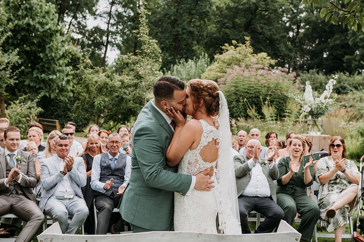 _rouwfotograaf_nederland_limburg_bruiloft_boho_vintage_wedding_foodtruck_taart_bruid_bruidegom_bruidsfotograaf_Brabant_Geldrop_zomerbruiloft_summerwedding_trouwjurk_buitenceremonie