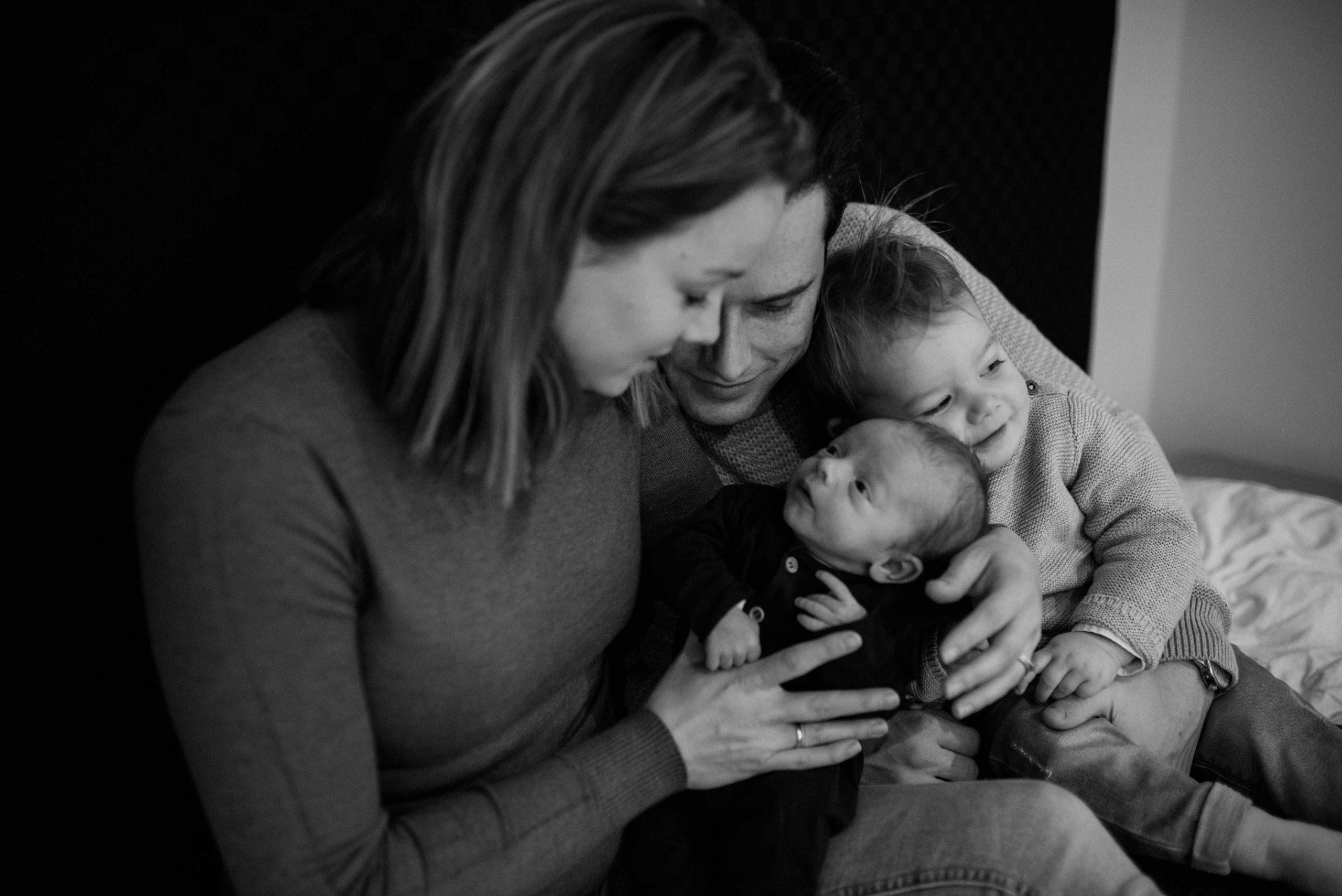 newborn baby familie fotograaf bureaucocoon Nederland Limburg zoon dochter broer zus papa mama zwangerschap babybuik
