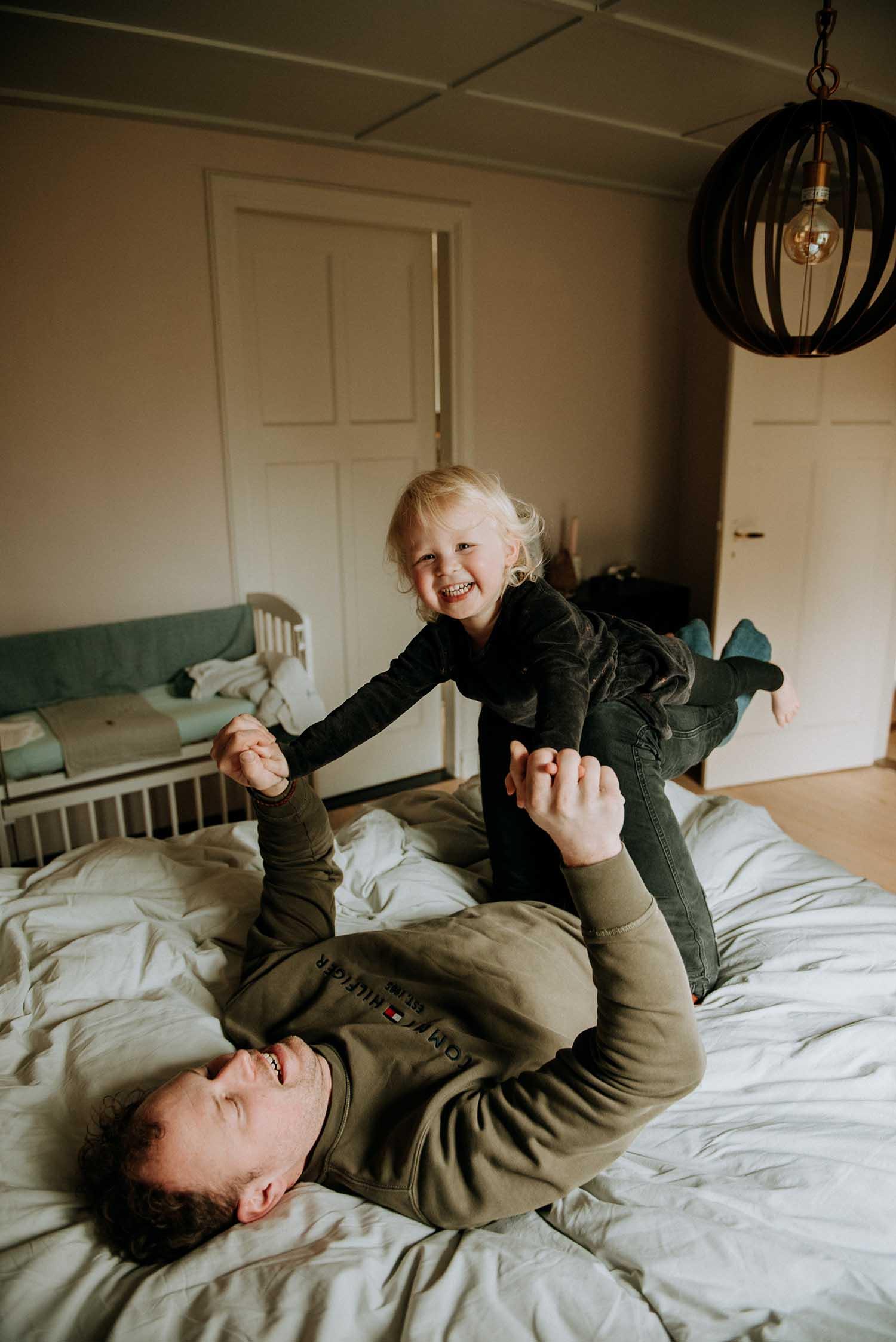 lifestyle fotografie newborn baby familie fotograaf bureaucocoon Nederland Limburg zoon dochter broer zus papa mama zwangerschap babybuik